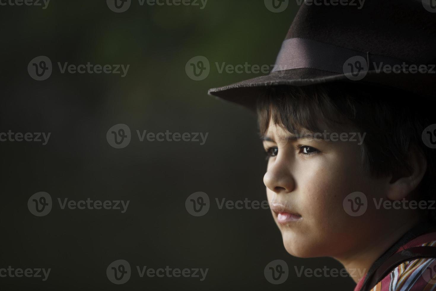 pojke med äventyrare hatt tittar på landskapet. foto