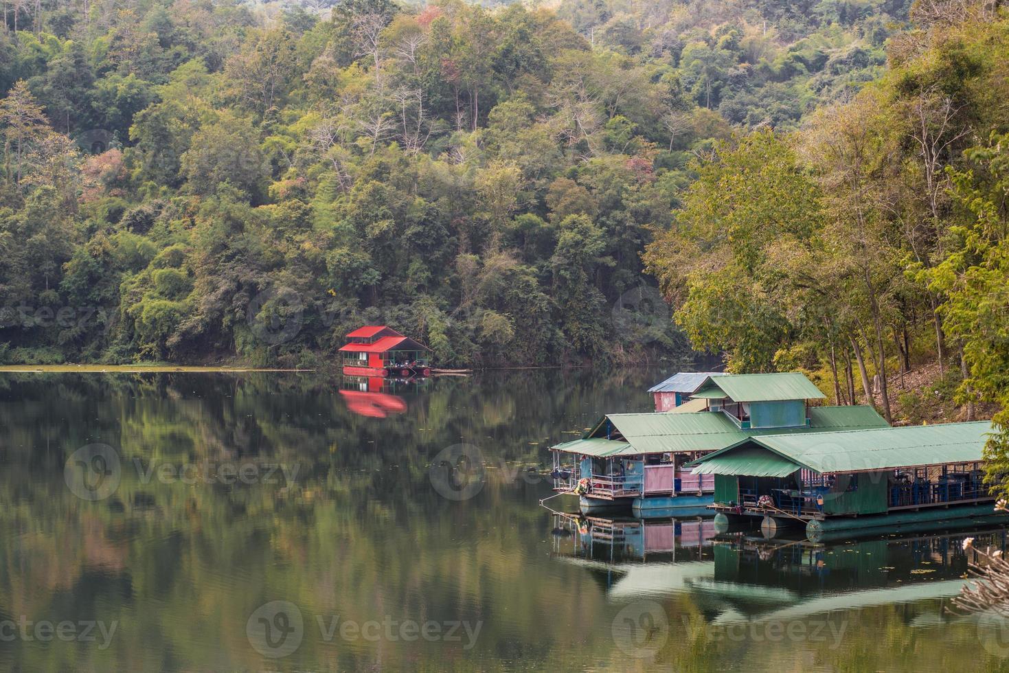 husbåtar i dammen i Thailand. foto