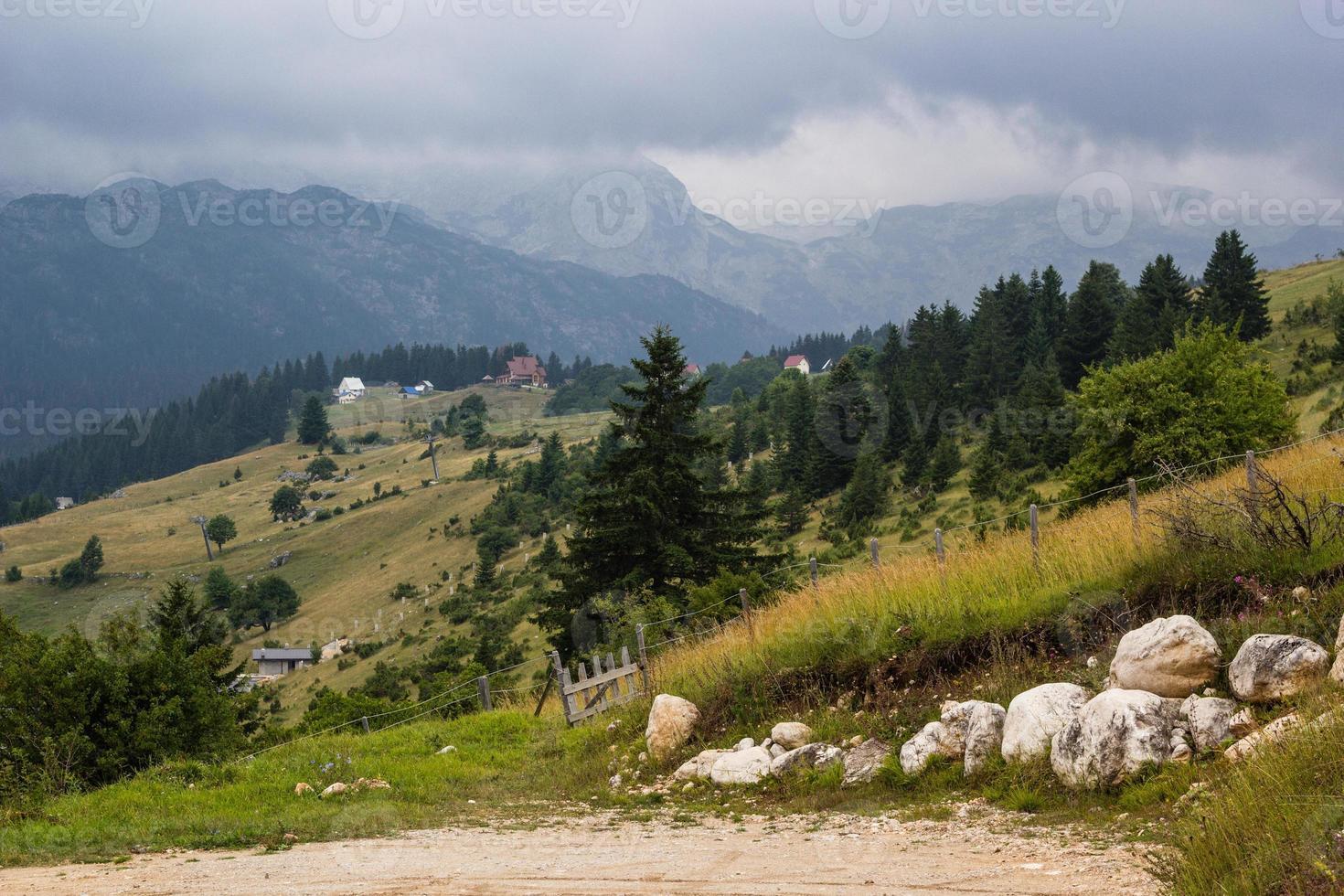 dimmigt landskap i bergen i dinariska alperna foto