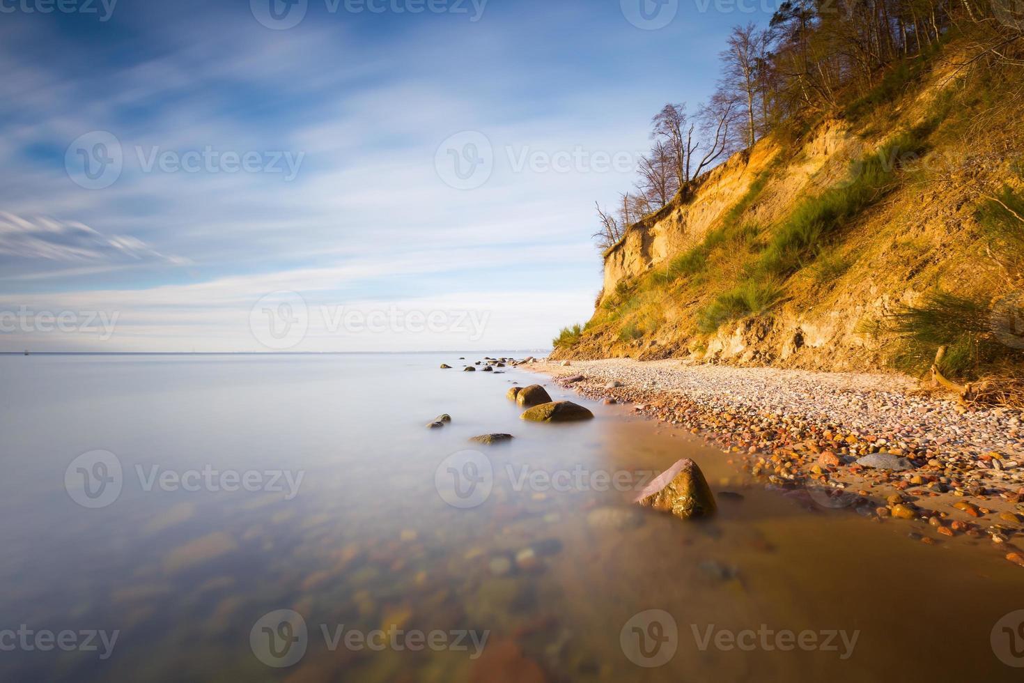 vacker östersjöstrand med stor klippa i Gdynia orlowo. foto