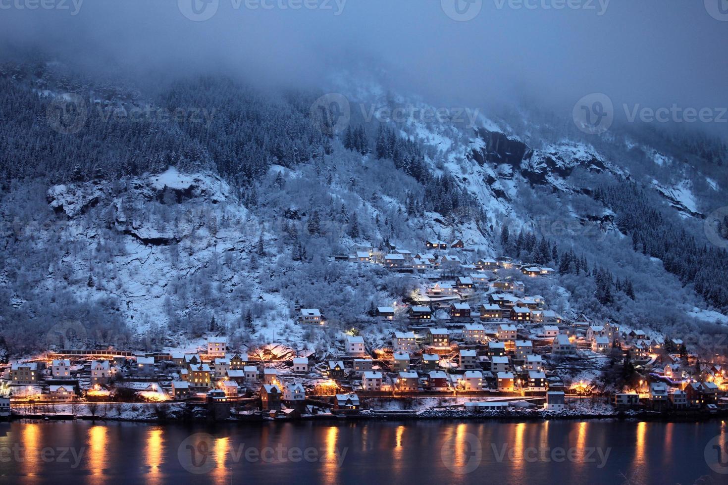 kväll på bergssidan stad foto