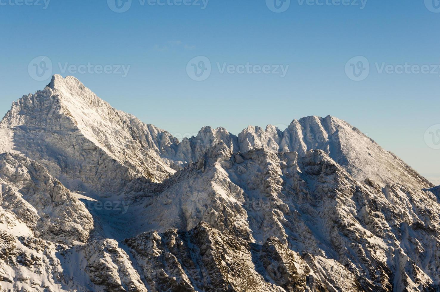 vita toppar på åsen i bergen högt foto