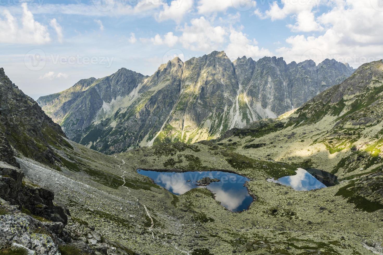 allt vackraste i bergen eller dammar och toppar foto