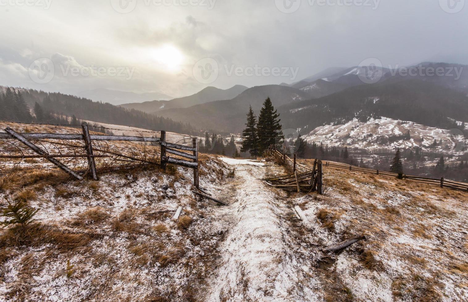 snöiga berg före storm. foto