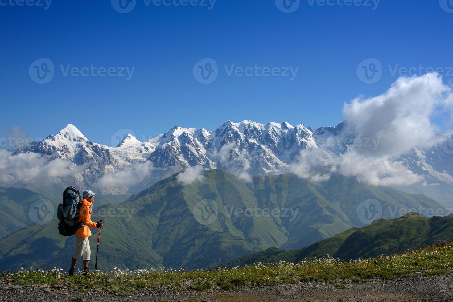 bergspromenad på sommaren foto
