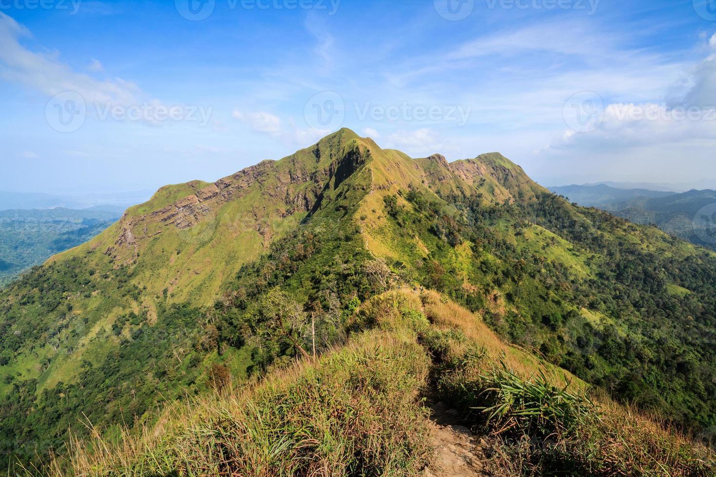 stigar på bergstoppen och blå himmel foto