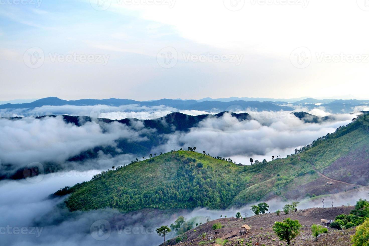 moln rullar över den vulkaniska bergstoppen foto