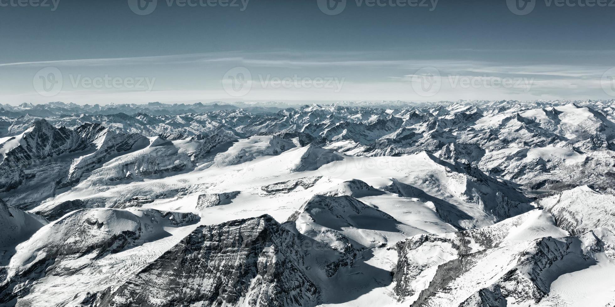 många snötäckta bergstoppar på vintern foto