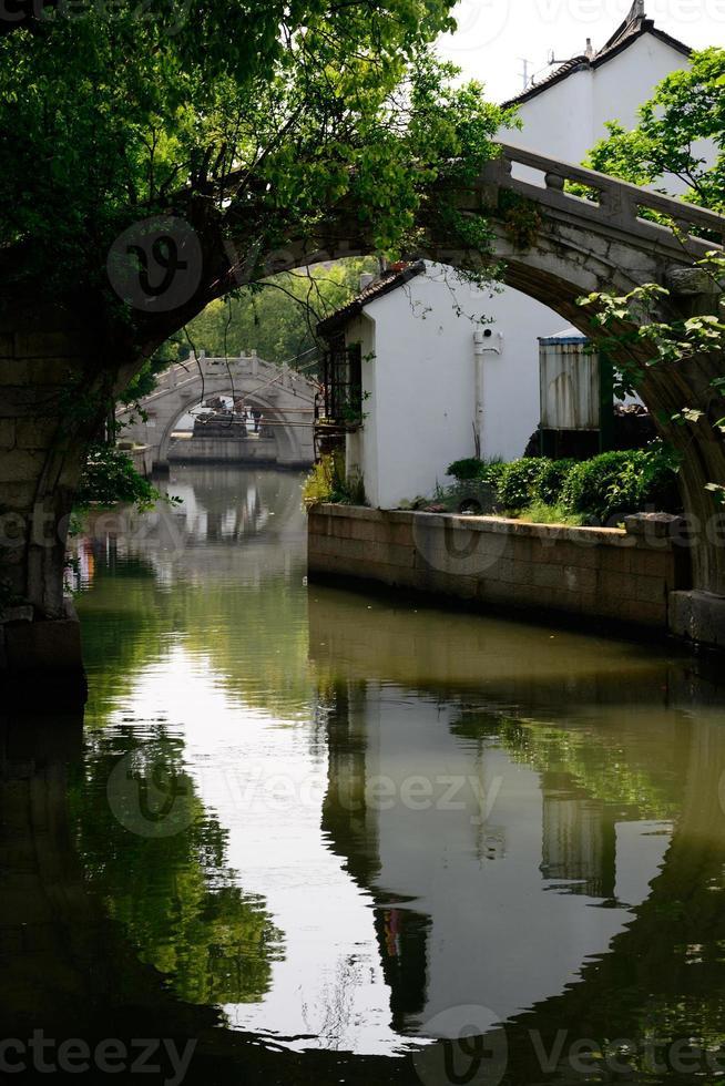 bro i forntida stad foto