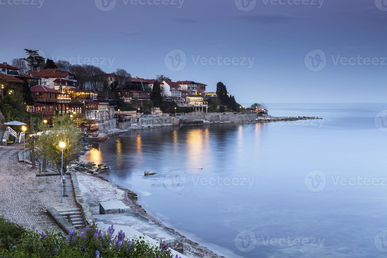 havsstad på natten foto