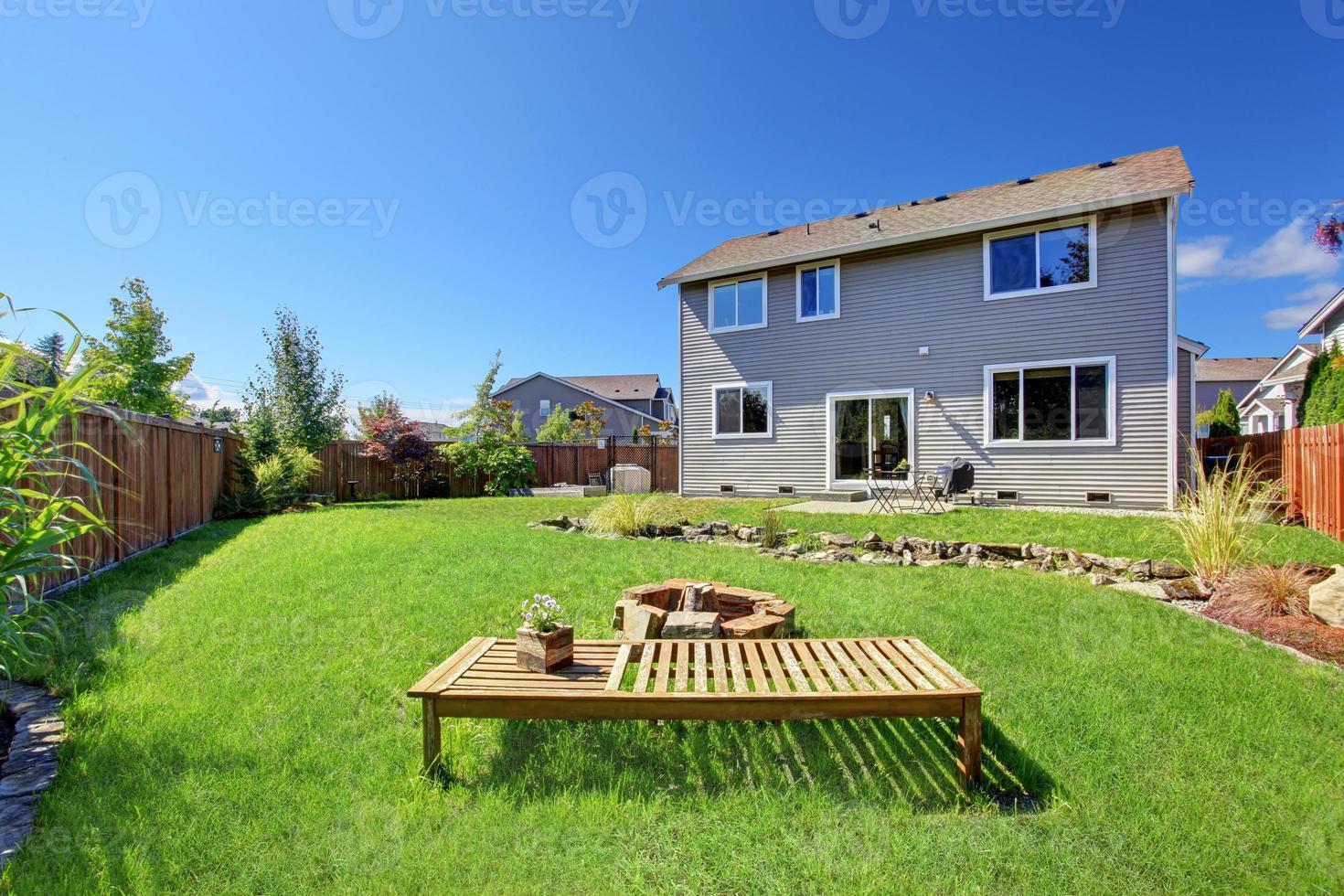 hus med stor bakgård och uteplats foto