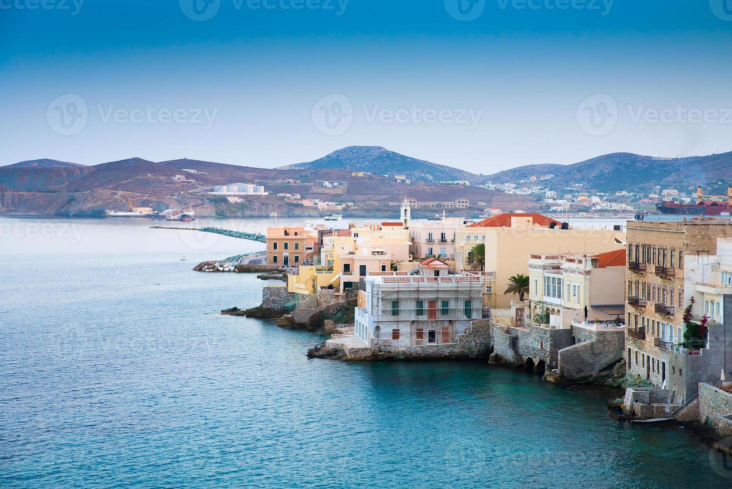 grekisk ö med färgglada hus foto