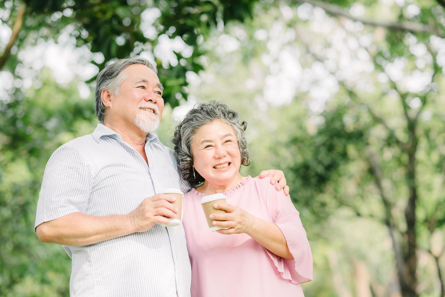 lyckliga äldre par dricker kaffe tillsammans foto