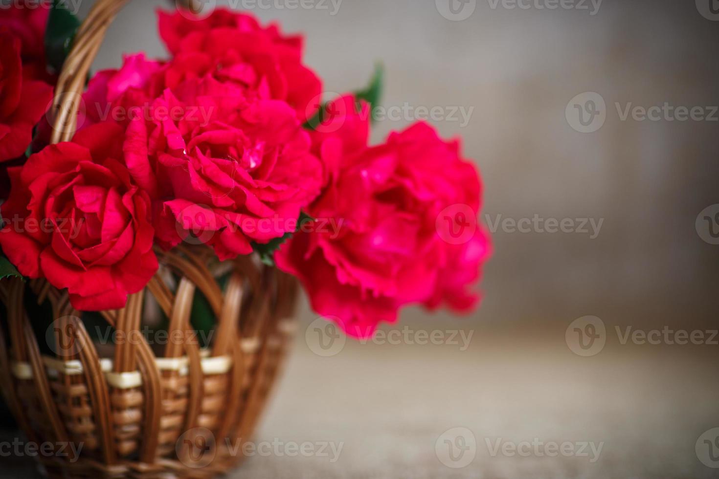 vacker bukett med röda rosor foto