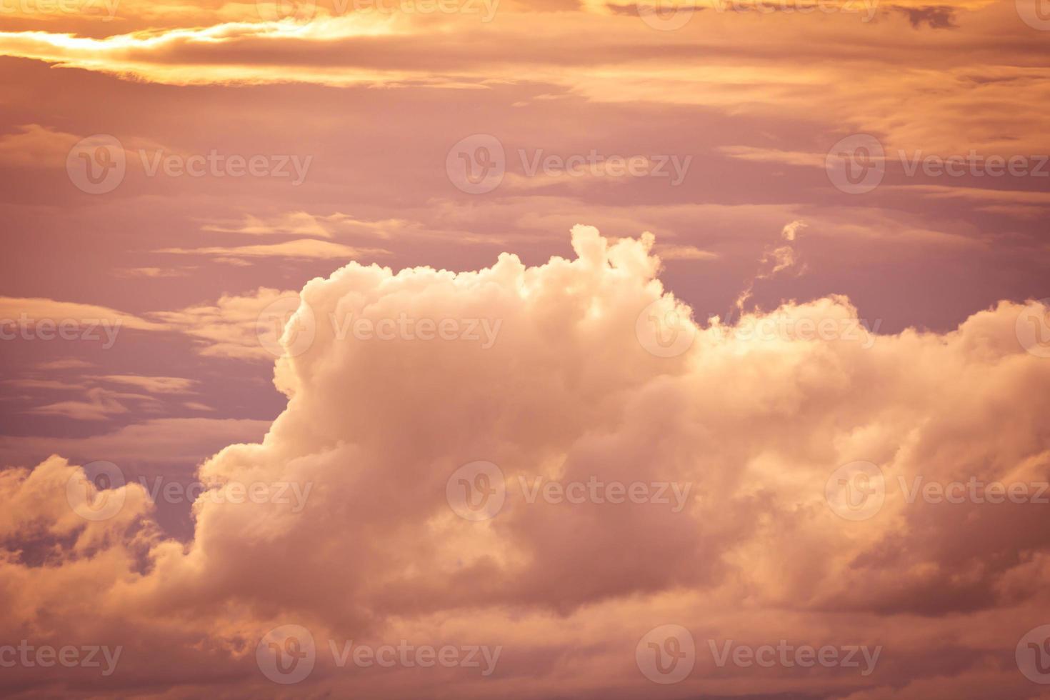 himmel och vitt moln. foto