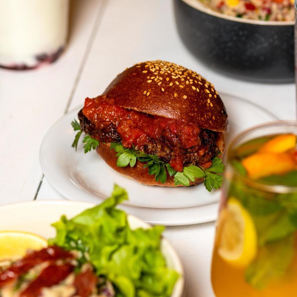 nötköttburger med tomatsås foto