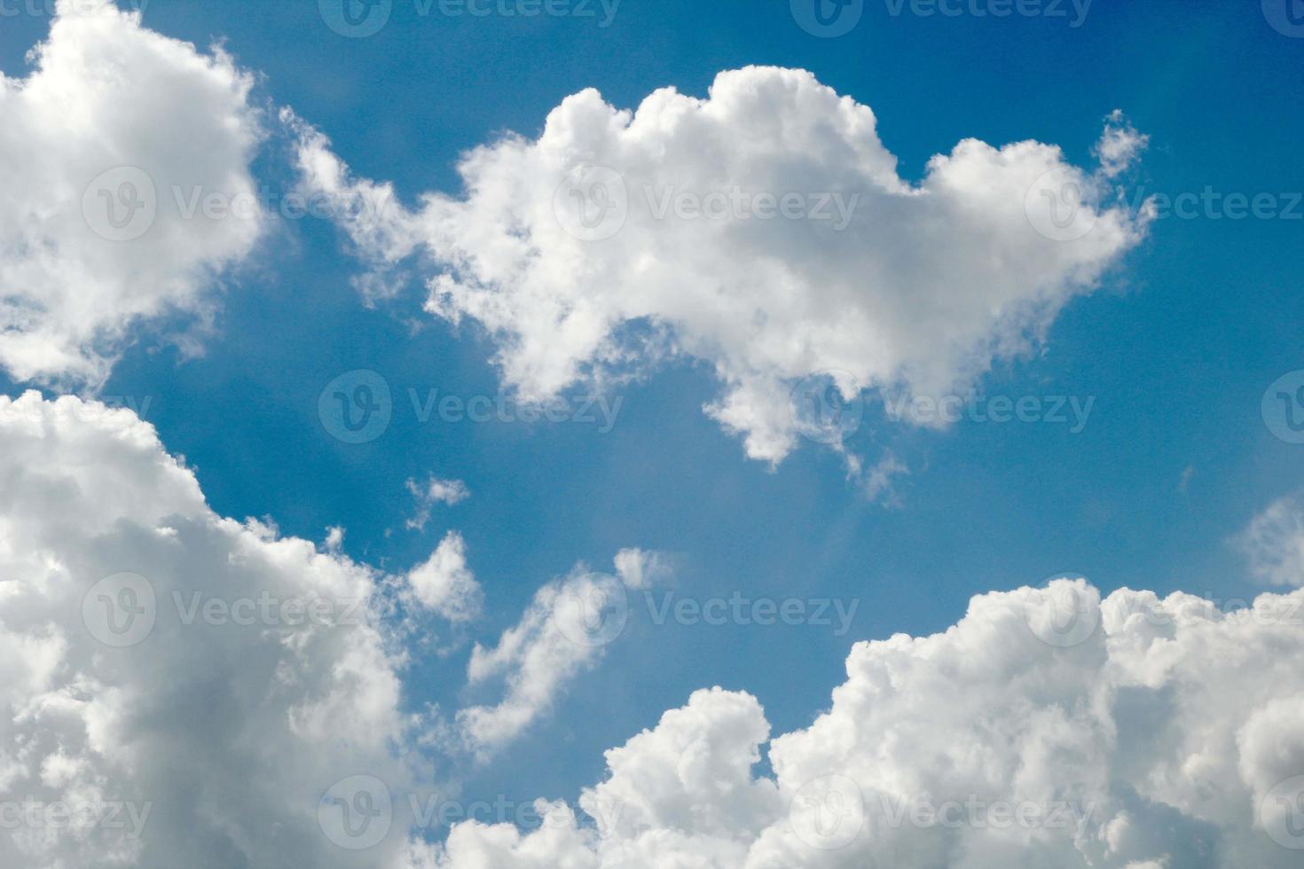 blå himmel med moln närbild foto
