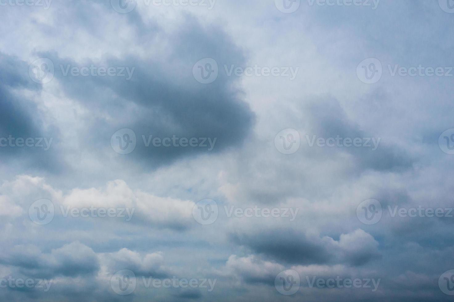 den dramatiska himlen med moln foto