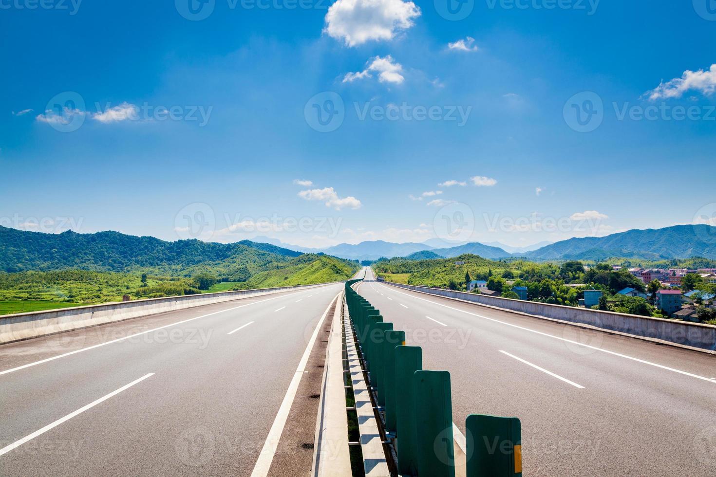 motorväg, blå himmel, soligt väder foto
