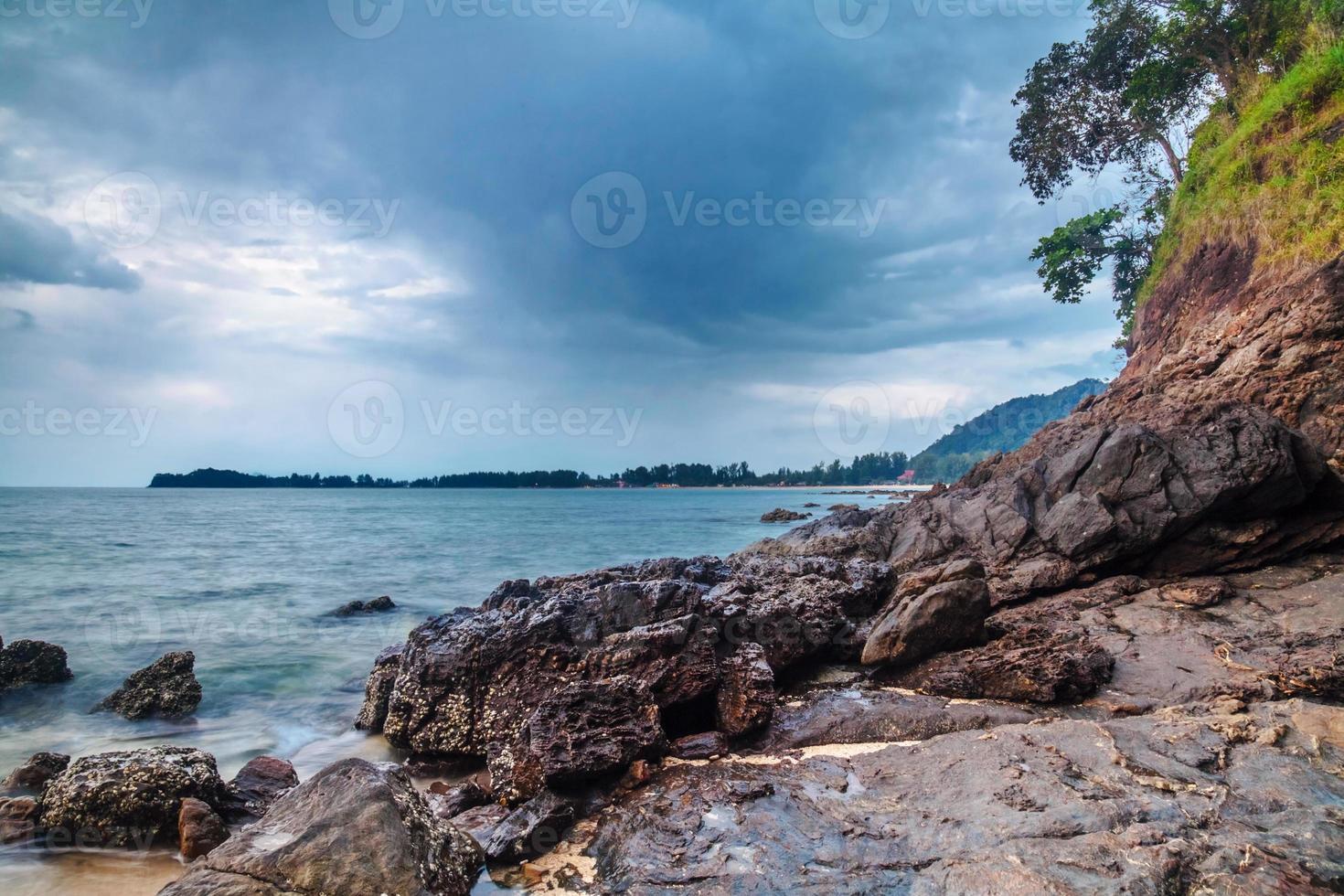 tropisk strand under dyster himmel foto