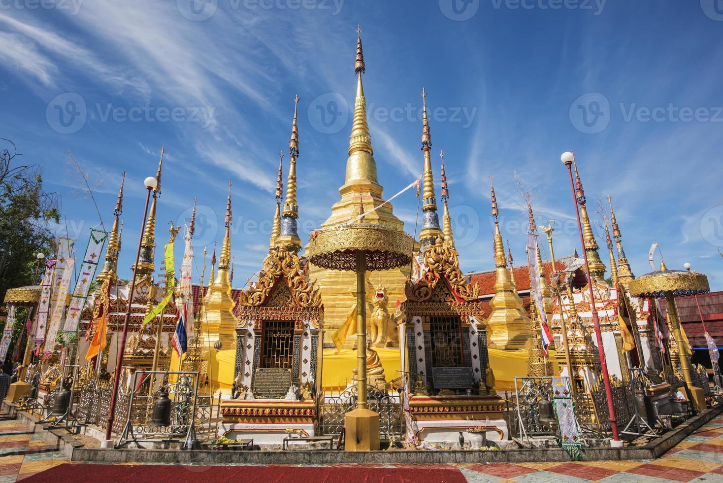 gyllene pagoda och blå himmel. foto