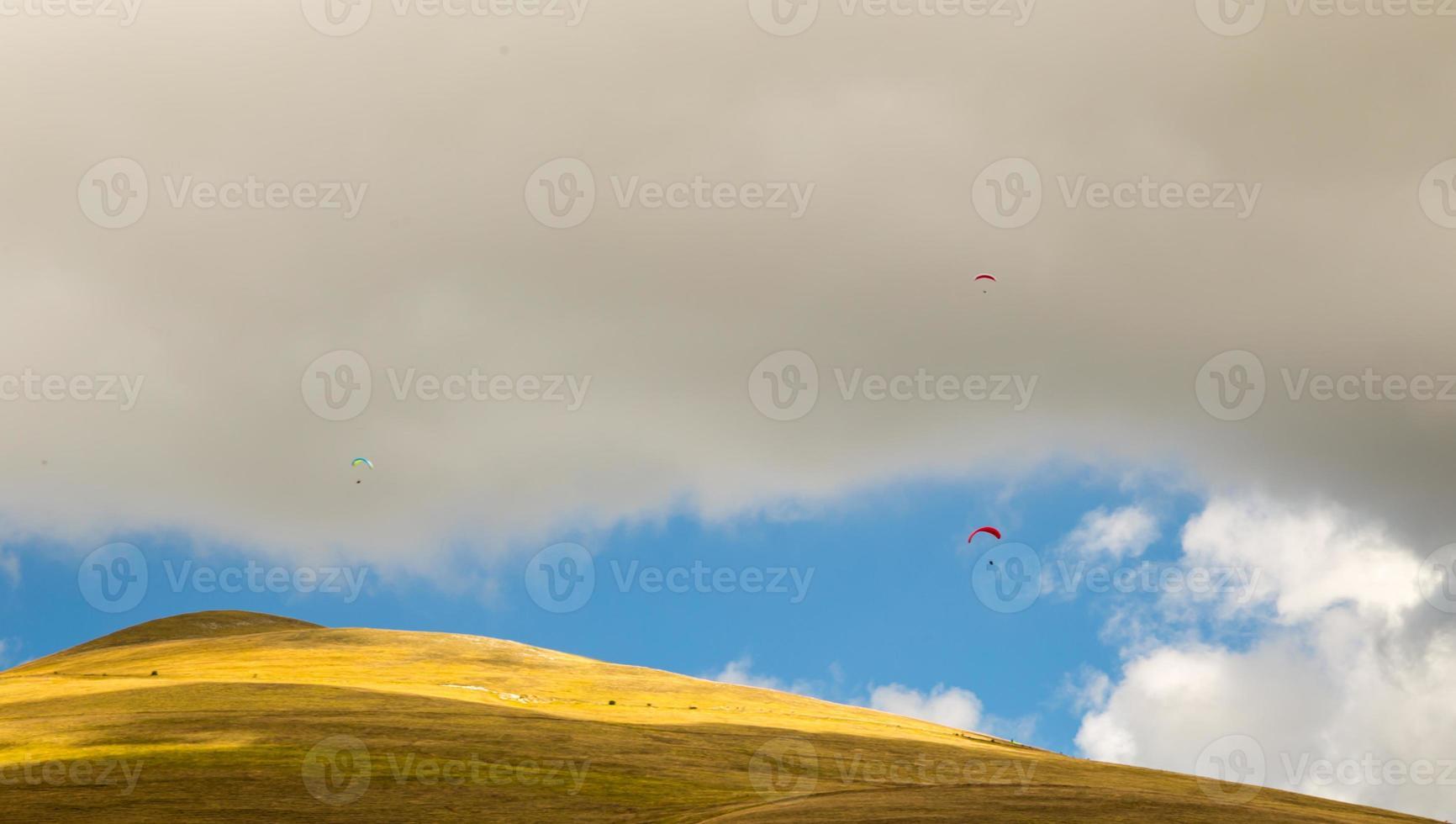 skärmflygare på himlen i Italien foto