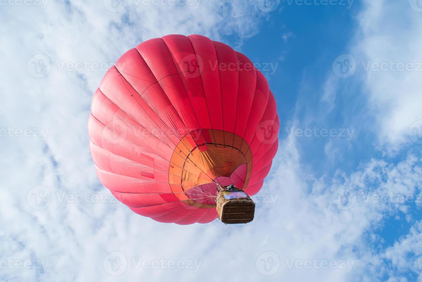röd ballong i den blå himlen foto