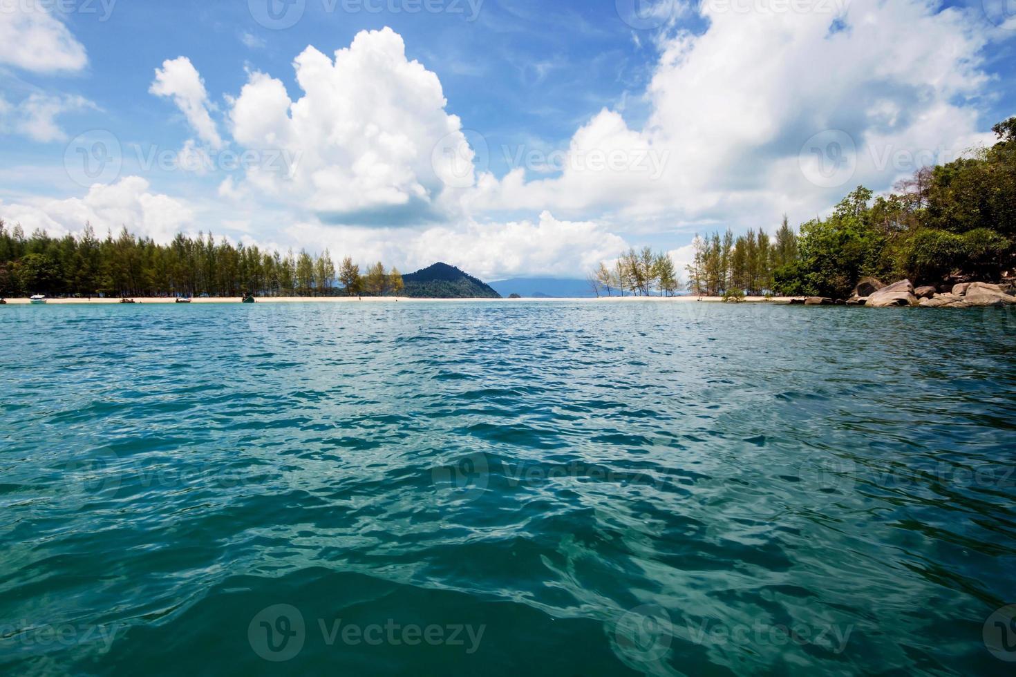 havsstrandblå himmel på ranong, thailand foto