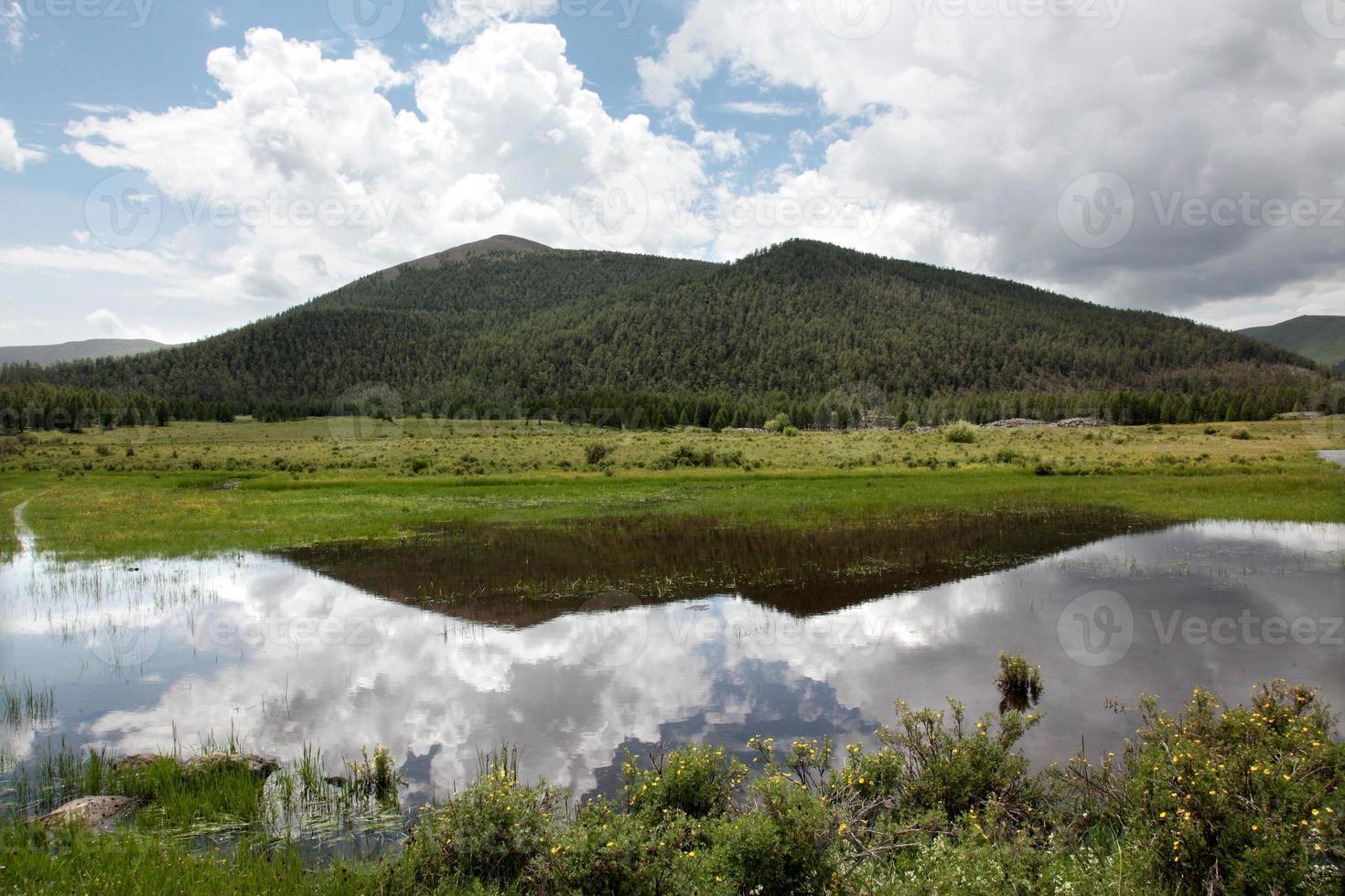 himmelreflektion över åtta sjöarnas navel, mongoliet. foto