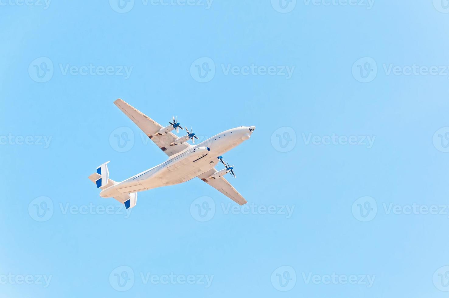 världens största flygplan flyger mot blå himmelbakgrund. foto