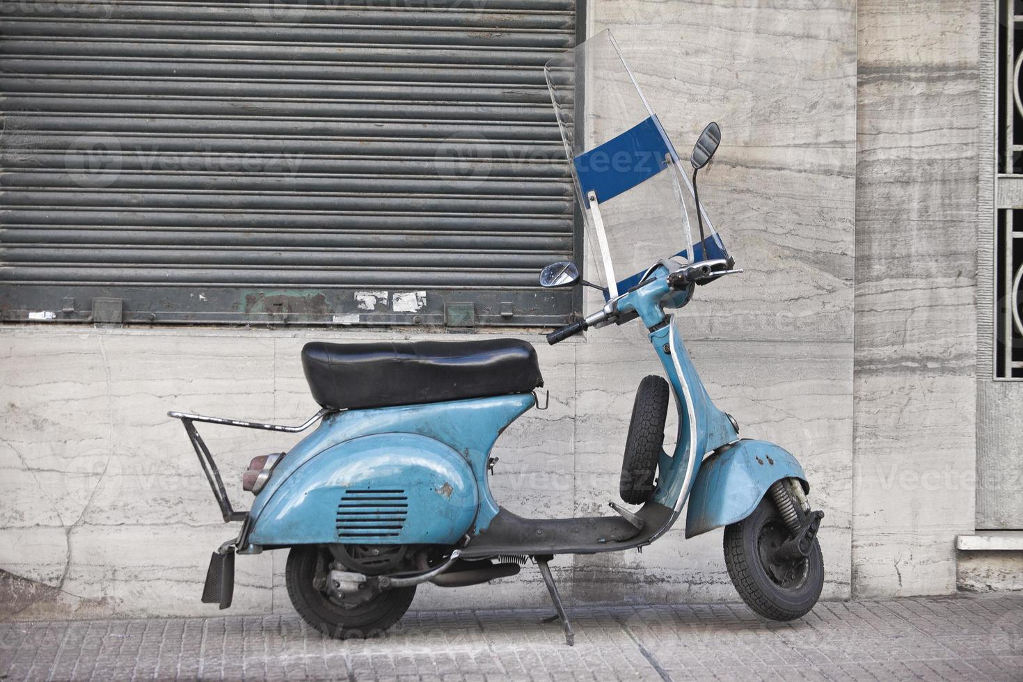 vintage skoter himmelblå färg på gatan foto