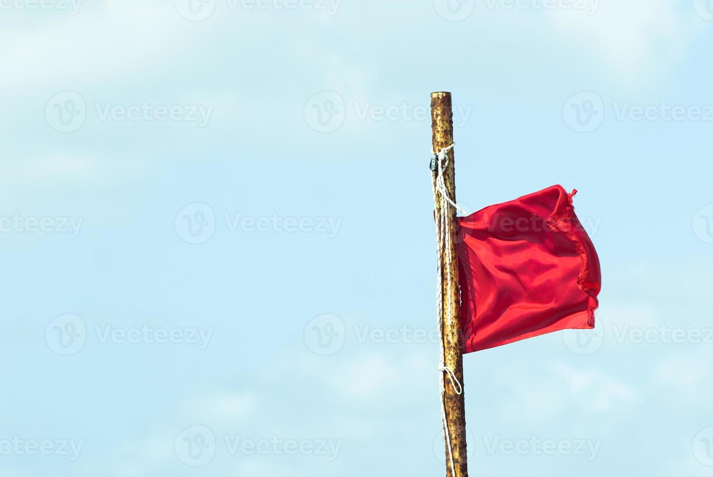 röd bannerflagga mot blå molnhimmel foto