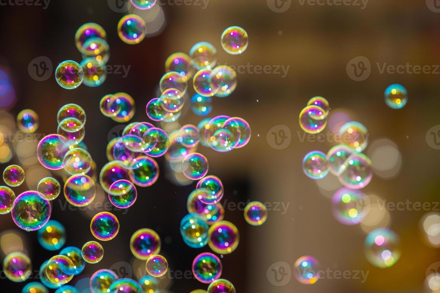regnbågens tvål bubblar från bubblaren. foto
