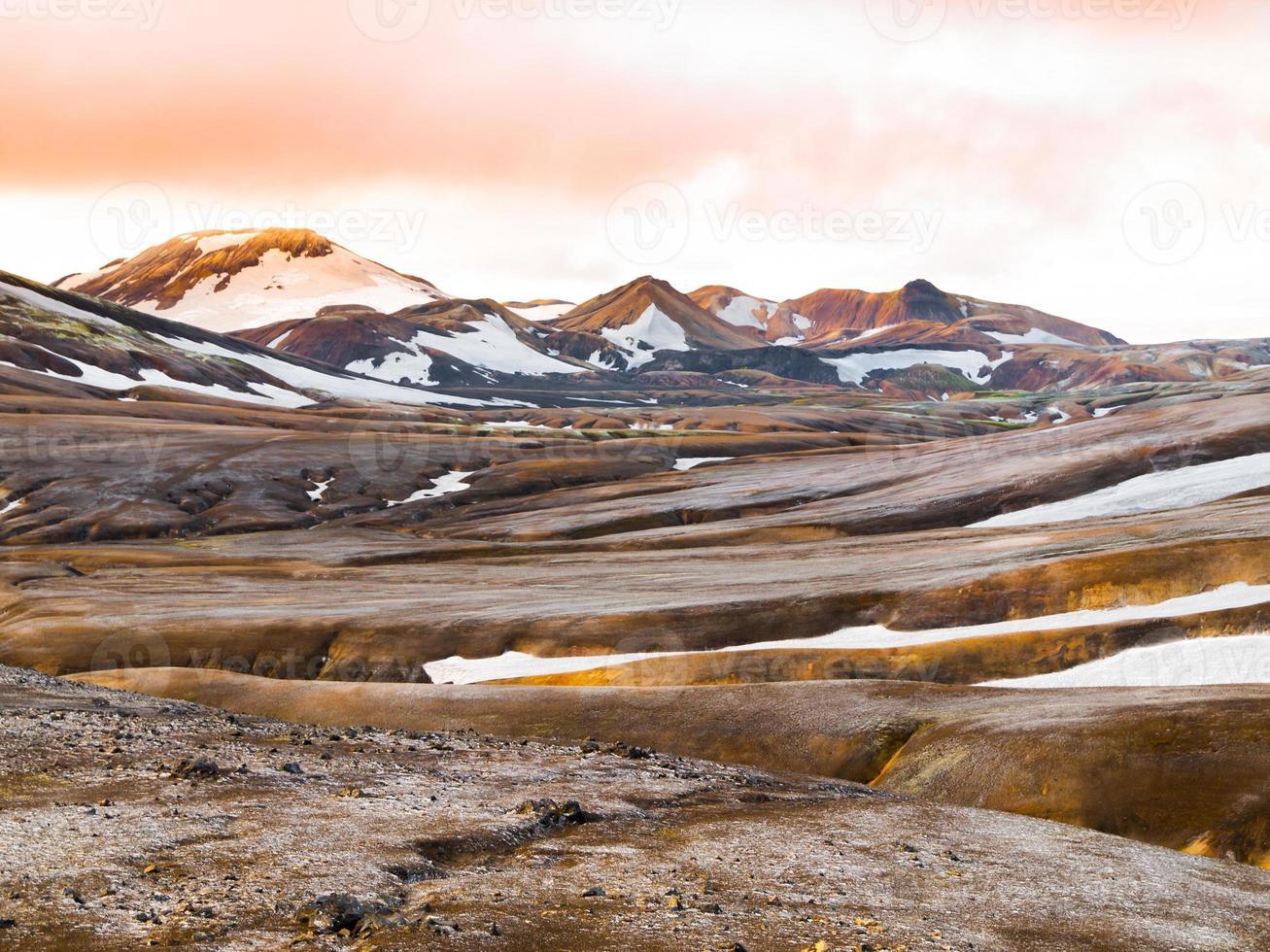 regnbågeberg med snöfält foto