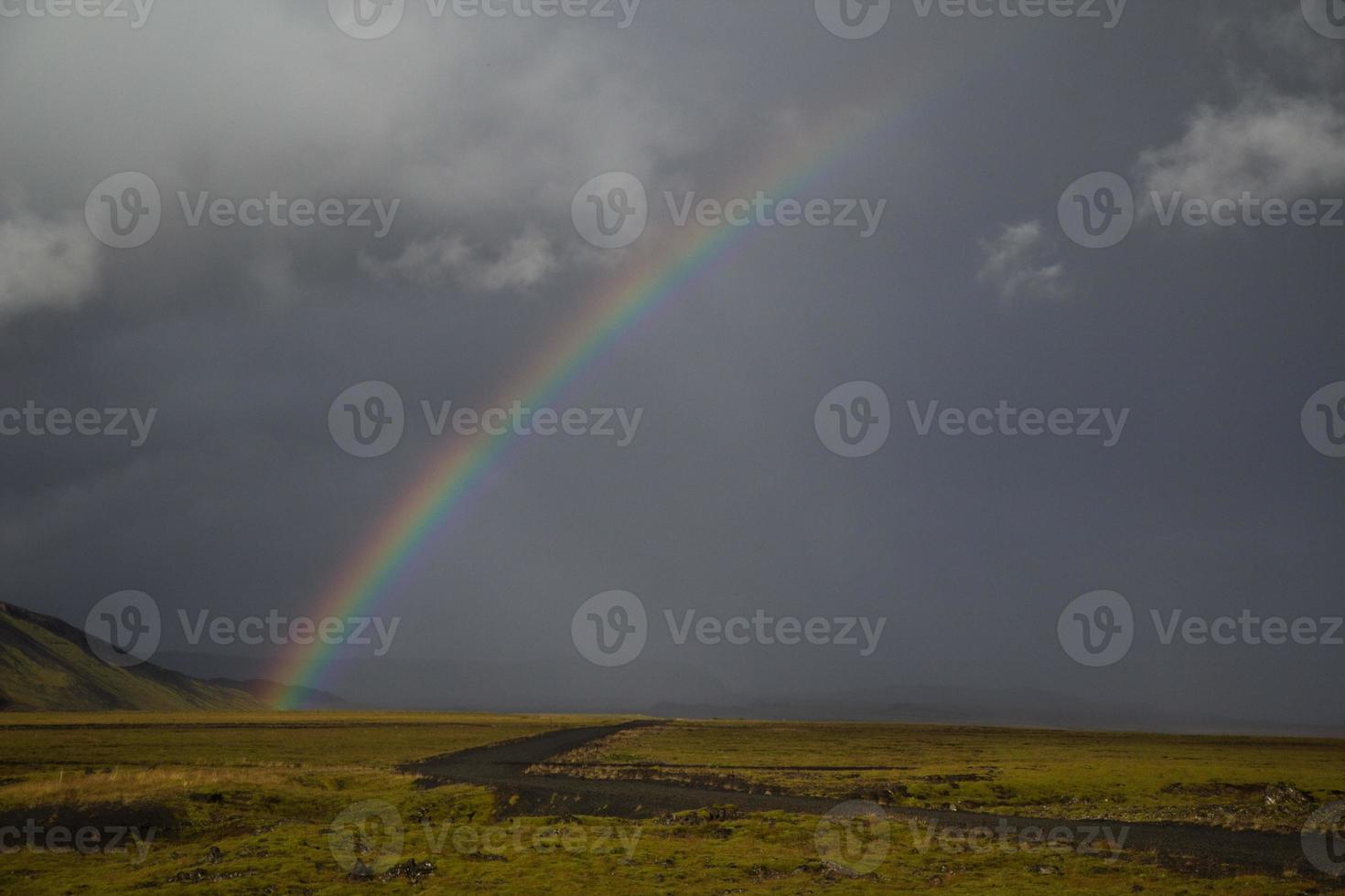 isländska regnbåge och lavafält foto