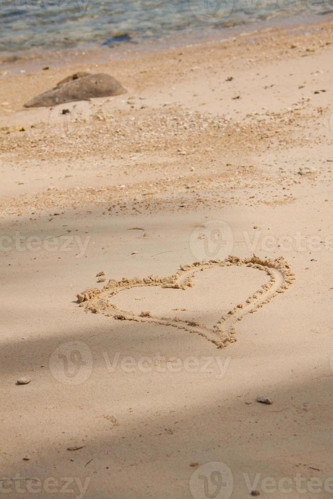 hjärta dras i sanden foto