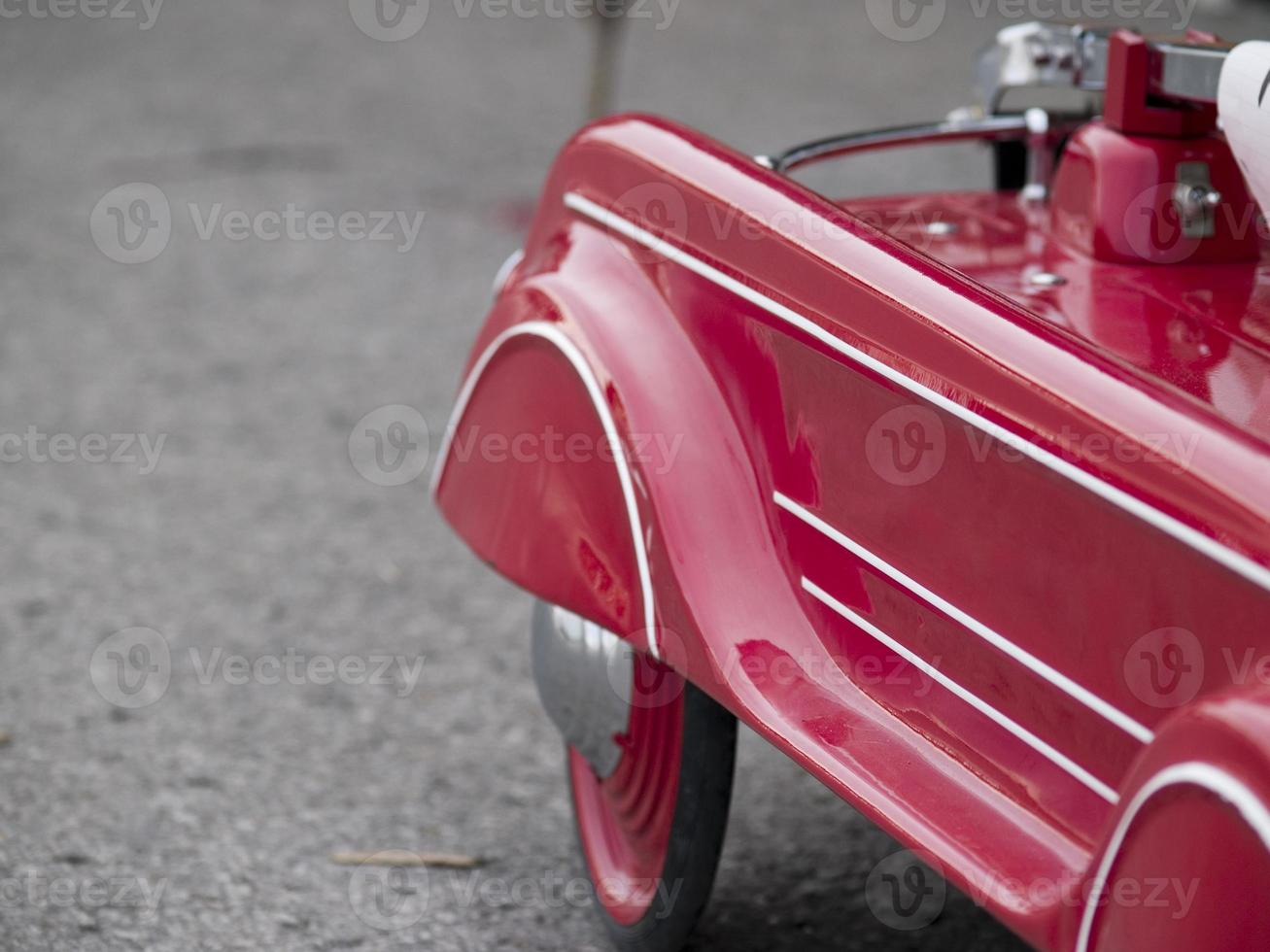 röd leksaksbil foto