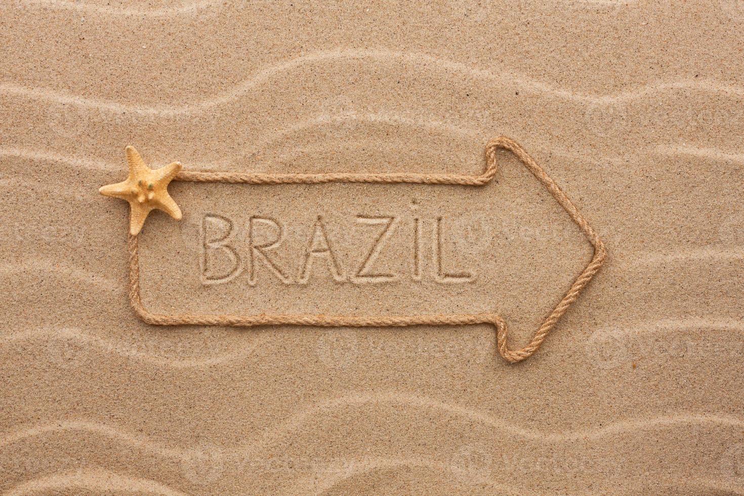 pilrep med ordet Brasilien på sanden foto