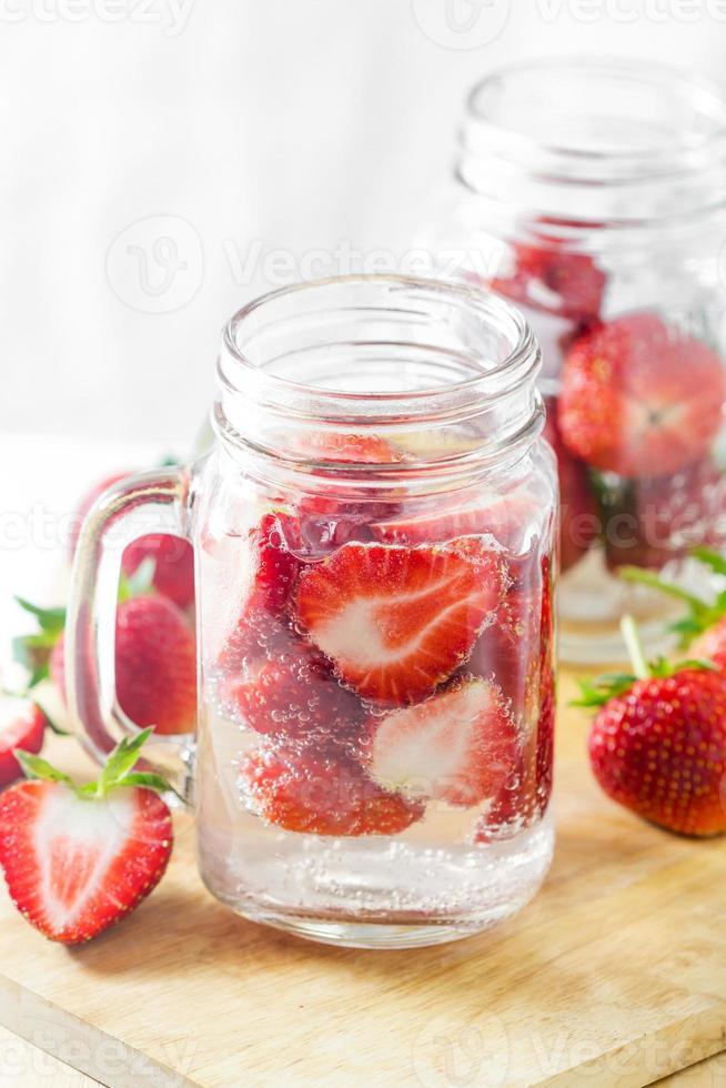 jordgubbar infunderat vatten foto