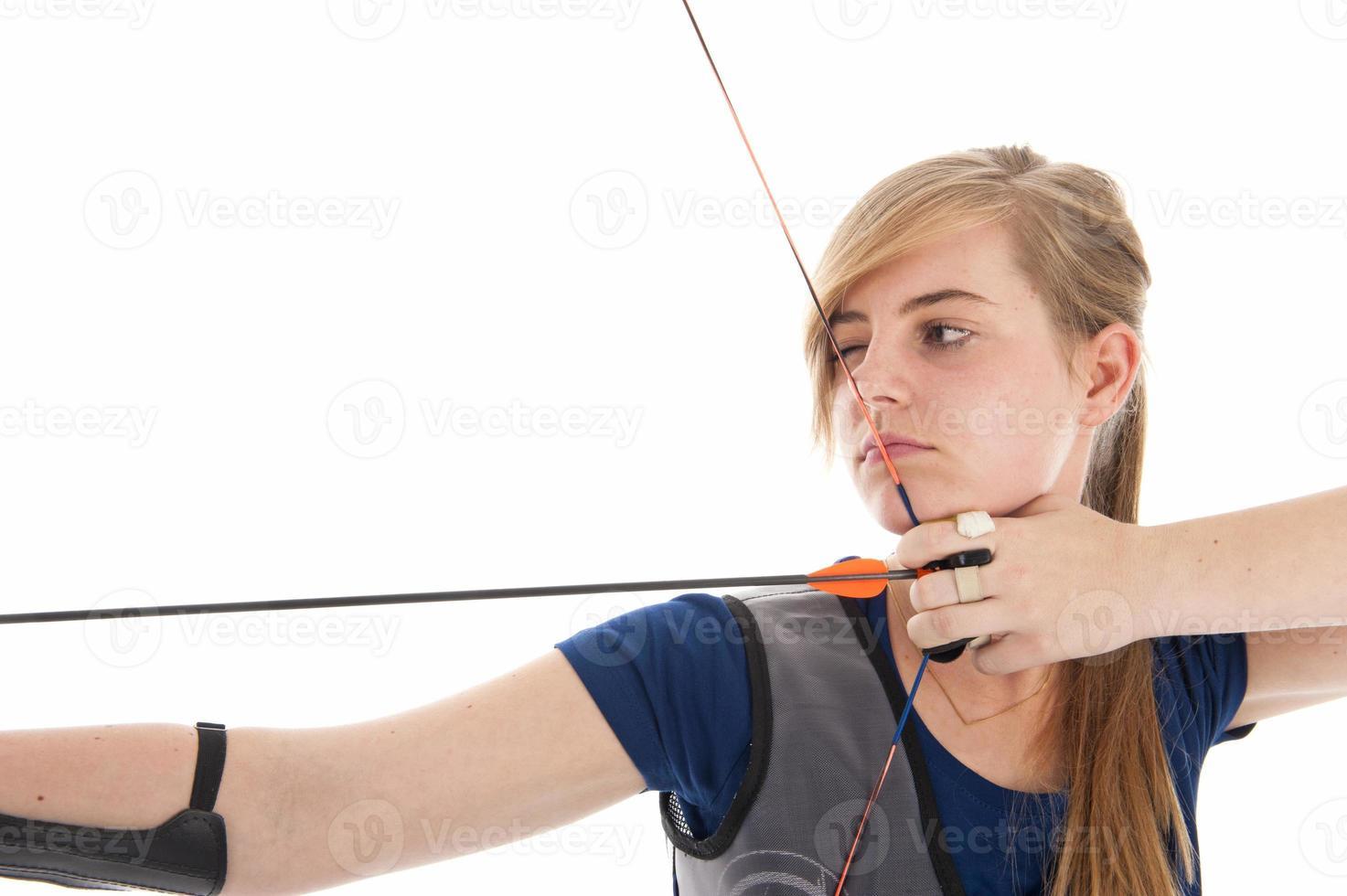 flicka som håller en pil och båge i närbild foto