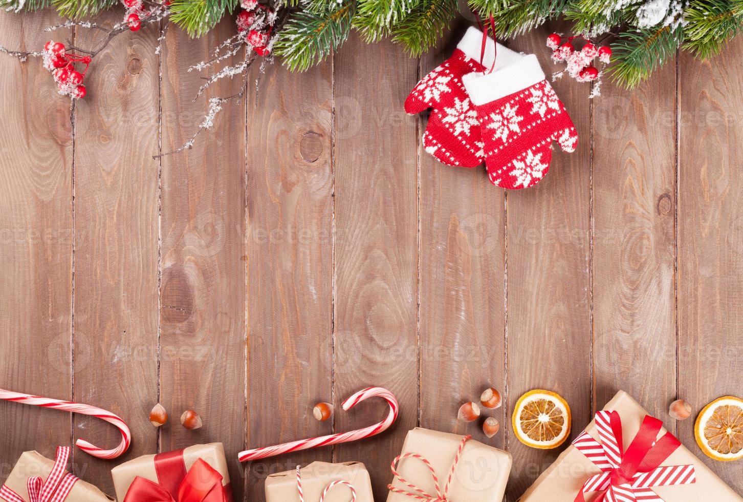 jul bakgrund med gran och presentaskar foto
