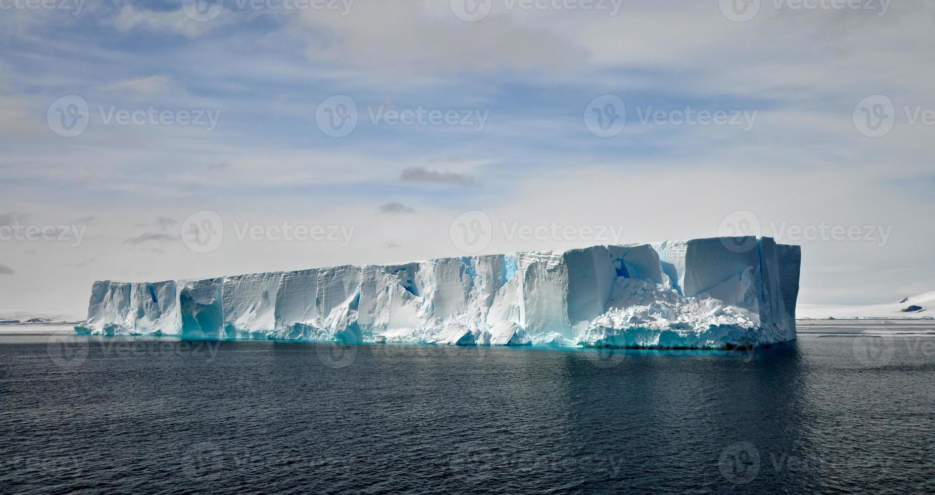 det flytande isberget i antarktisvatten foto