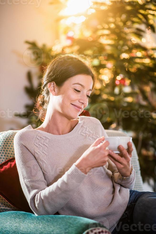 på julmorgon, kvinna som håller en kopp te foto