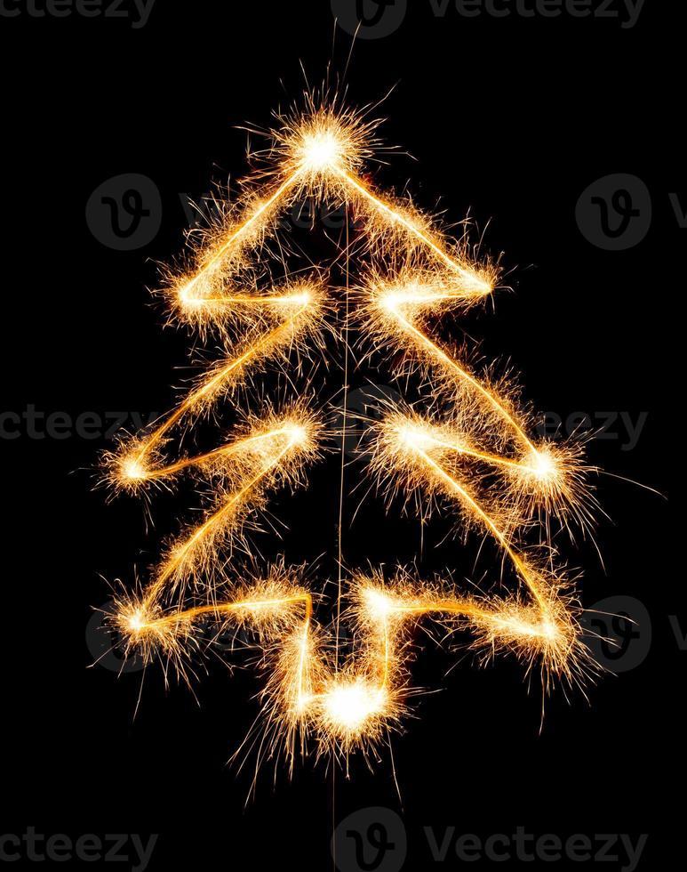 julgran gjord av tomtebloss på en svart foto