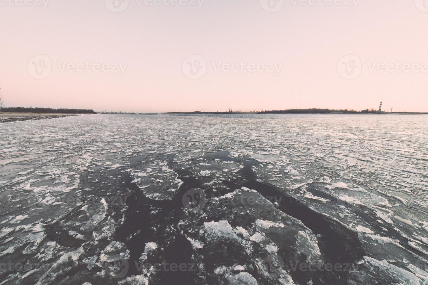 solnedgång över frysta havet - retro effekt för tappning foto