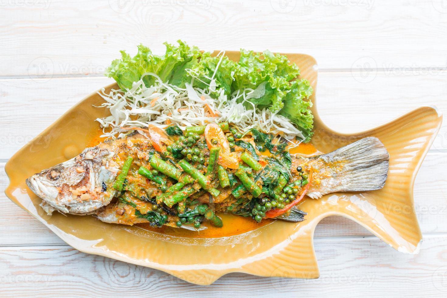kryddig havsabborre soppad, ångad fisk i thailändsk stil foto