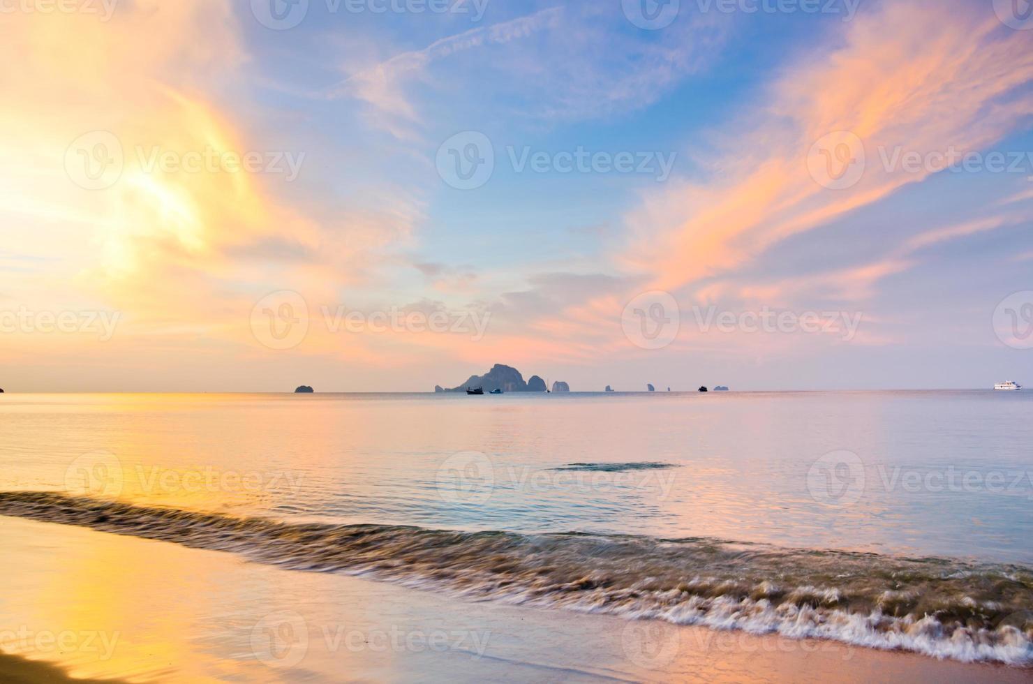 soluppgång med hav och öar vid Aonang, Krabi foto