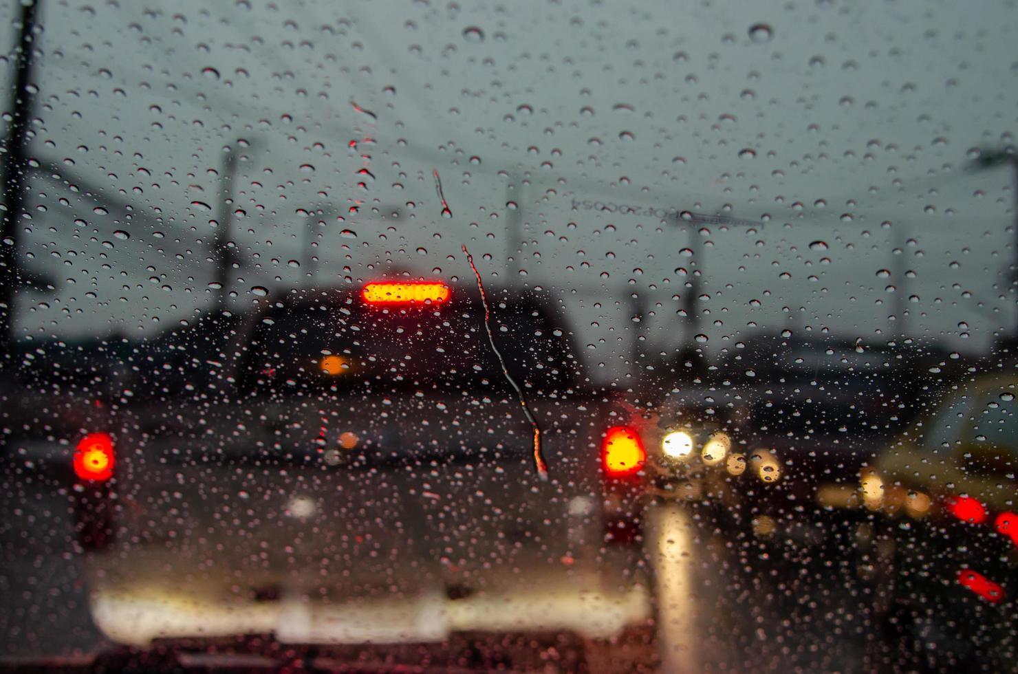 regn på bilrutan på kvällen foto