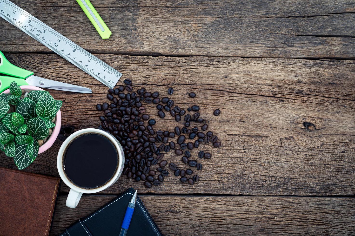 kaffemugg och brevpapper på skrivbordet foto