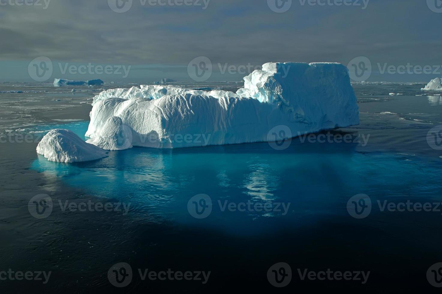 antarktiskt isberg med skimrande undervattensis foto